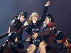 Even at the Rose Bowl, Taylor Swift forges an intimate bond with fans