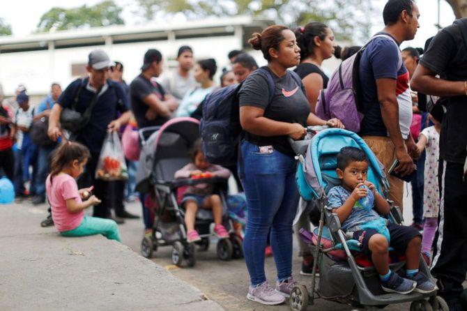 migrant-caravan-ap-jef-181031_hpEmbed_3x2_992.jpg