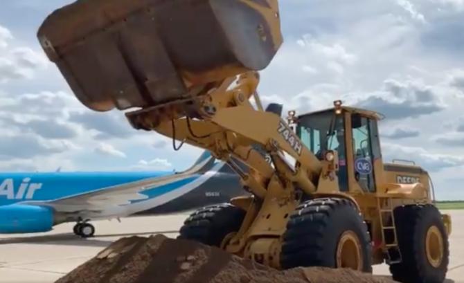 Jeff Bezos moves some earth to break ground on new $1.5B Amazon Prime Air hub near Cincinnati